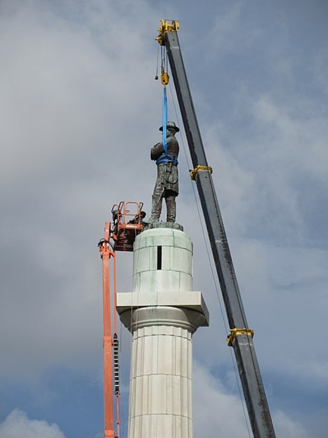 Removing the Robert E. Lee statue at Lee Circle in New Orleans, May 2017 / Wikemedia