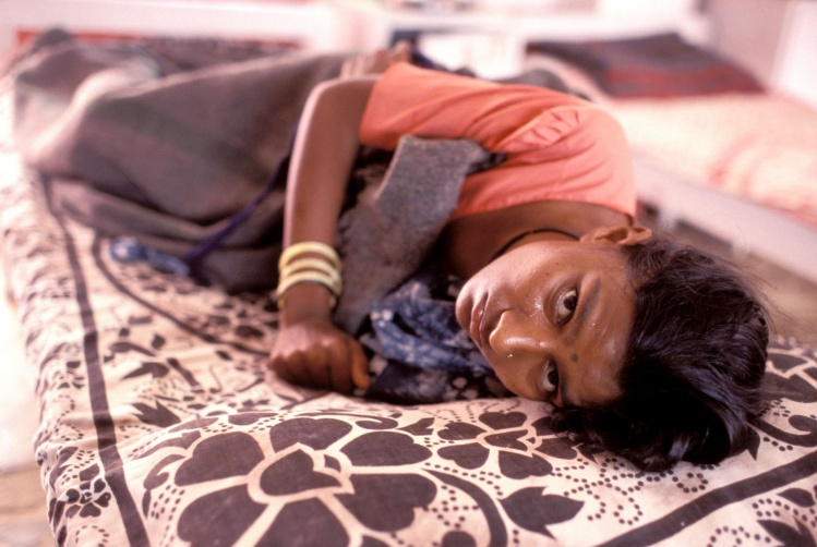 Woman with AIDS in a hospital in India (© John Isaac / World Bank)