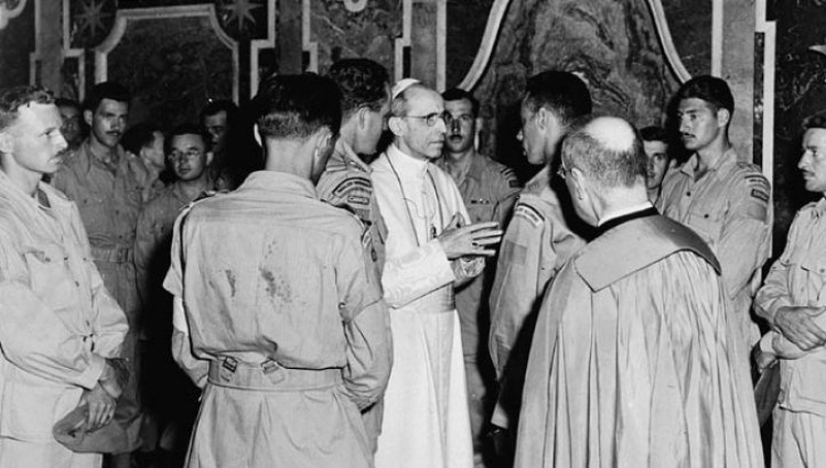 Members of Canada's Royal 22e Regiment in Audience with Pope Pius XII, 1944 / Wikimedia